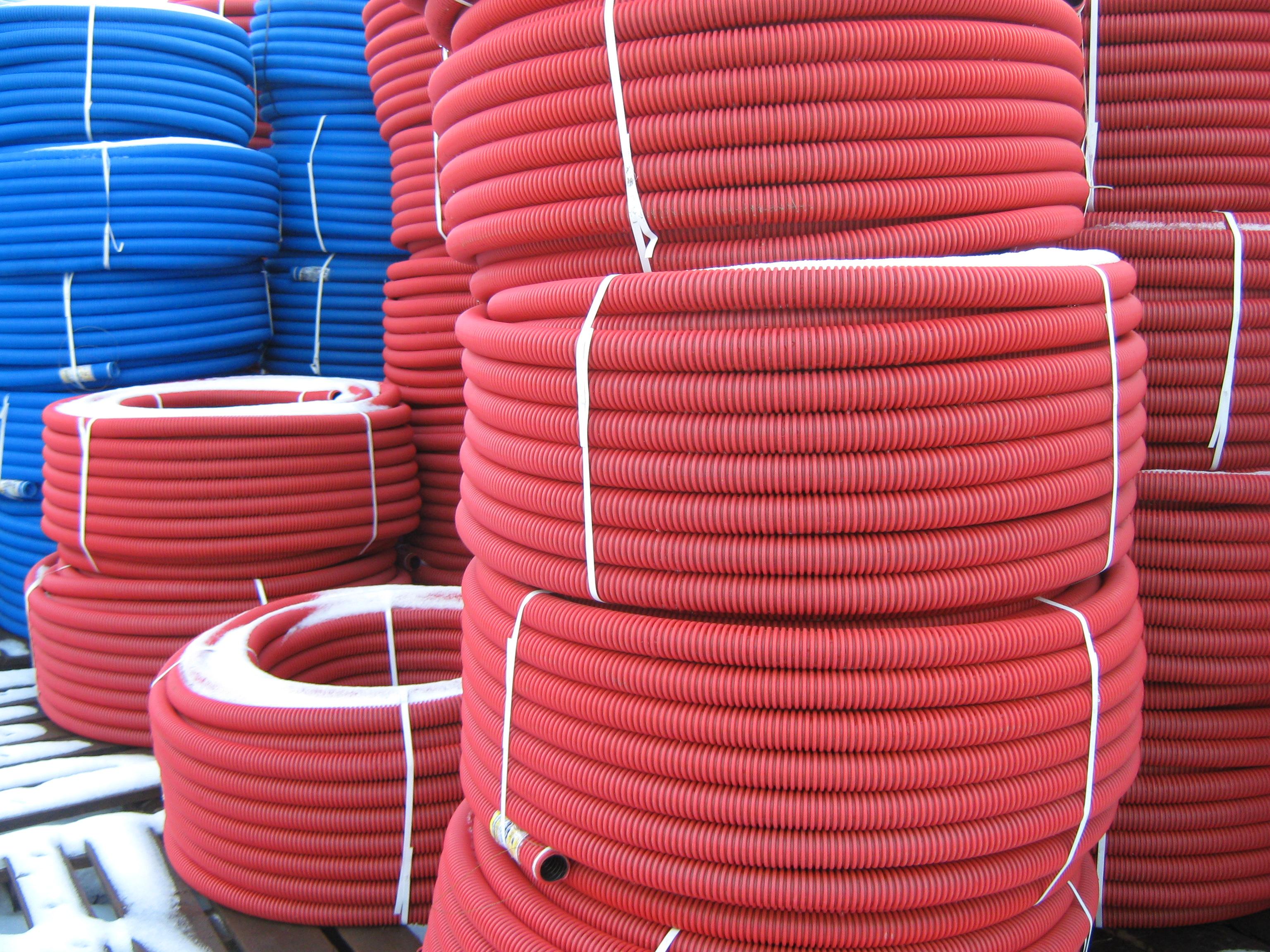Какие гибкие трубы ПНД используют для прокладки кабеля в земле?